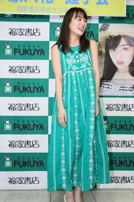 衣装は写真集の撮影で着たというグリーンのワンピース。「沖縄に行って初めて着た衣装で、帰る時も着ていたので落ち着きます」(c)東京ニュース通信社