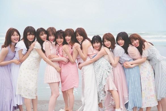 「チームかわいい欅」の海での全員集合カット。甘くて儚いパステル系のかわいい服に身を包みで、ギュッとくっつく姿は眼福。
