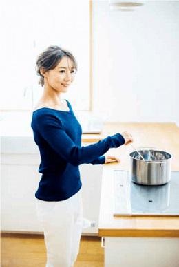 調理中、脚にペットボトルをはさみ「ながら筋トレ」 くびれ母ちゃん・村田友美子さん