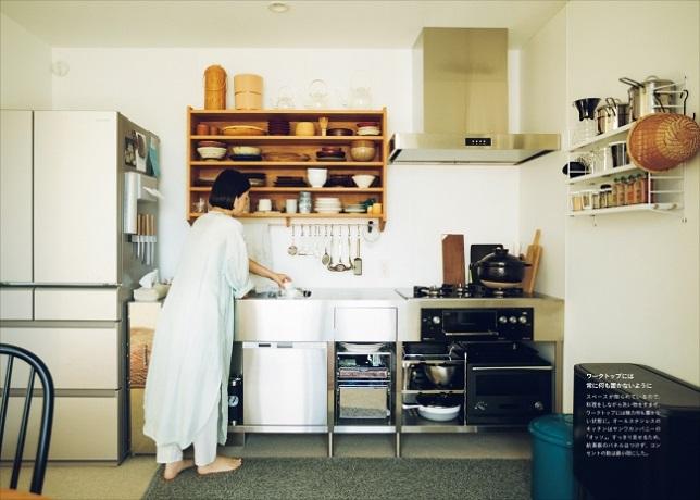 01ジェゲデ真琴さん宅。居住スペース38㎡という小さな家なので、料理するときは、料理しながら洗い物をすませ、ワークトップには極力何も置かない状態をキープする。