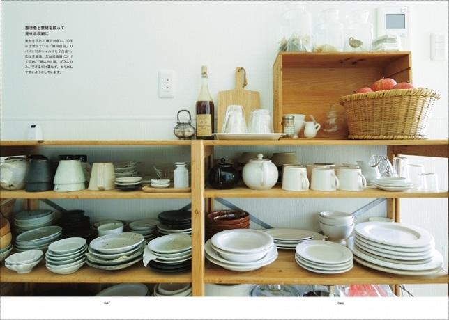 04岩崎友絵さん宅の食器棚。10年以上使う「無印良品」のパイン材のシェルフを2台並べ、右は洋食器、左は和食器に分けて収納。器は白と黒、ガラスのみに絞っている。