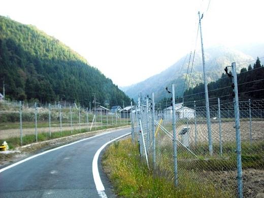 獣害対策の柵に囲まれた集落と農地