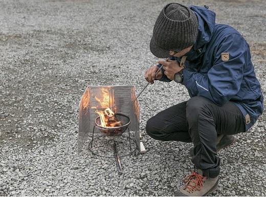 ライフラインの途絶えた環境で、火の存在は重要。スキルがあれば100均グッズだけで焚き火台を作ることも可能です。
