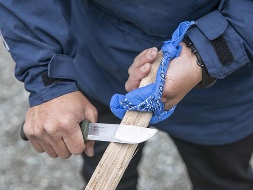 包丁や工具代わりにもなるナイフは、非常時にとても頼りになるツールですが、当然のことながら使いこなすスキルが必要です。