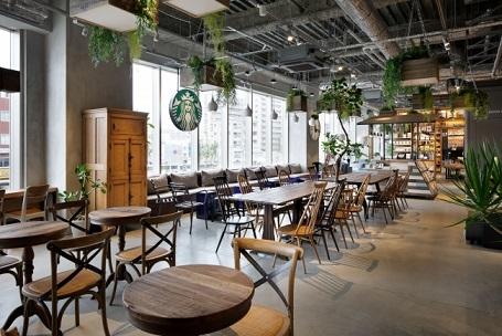 日差し降り注ぐ、緑と温かみのあるアンティーク家具に囲まれたカフェ席