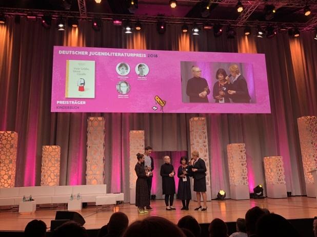 フランクフルトで行われた授賞式の様子(右から2番目が著者の岩佐めぐみさん)