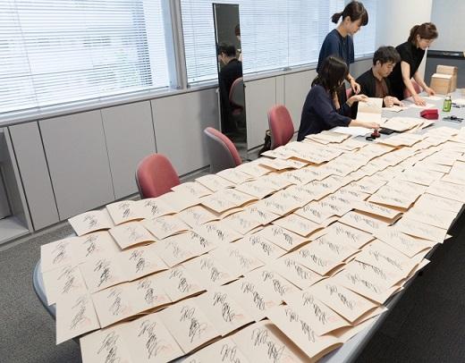 ずらり並ぶサイン本の数々。知念先生、お疲れ様でした!!