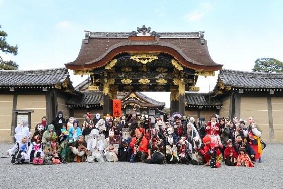 二条城唐門前での記念写真 (c)京都国際マンガミュージアム