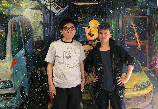 著者の末井昭さん(左)と2015年に母親が自殺した画家の弓指寛治さん(右)