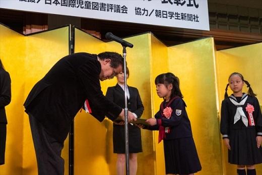▲表彰状を授与されるストーリー部門子どもの部・最優秀賞受賞者