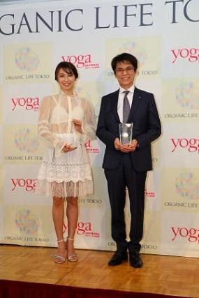 『5秒 ひざ裏のばしですべて解決』川村明さんが「ベスト・オブ・ヨギ」を受賞
