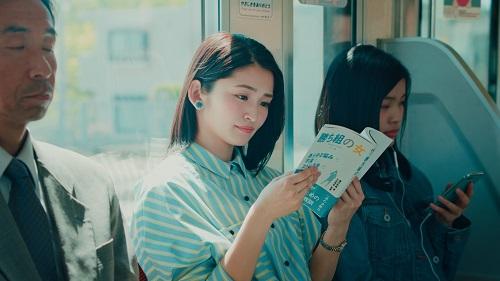 ビジネス書を読む岡本玲さん、突然カメラ目線になり…