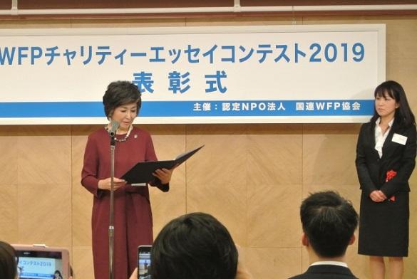 朗読する竹下さんとWFP賞受賞者の川口ひろみさん (C)JAWFP