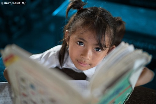 小学校で本を読むカンボジアの女の子。(c) UNICEF_UN0319172_