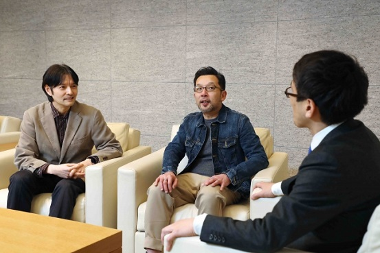 選考風景(左より、選考委員の長岡弘樹さんと相場英雄さん。右は幾野克哉さん)