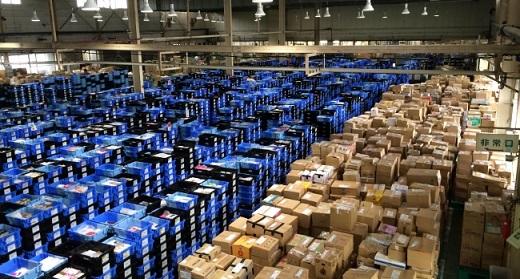 写真:買取サービスの利用増により溢れかえる商品センター