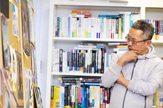選考中のデザイナー・鈴木成一さん