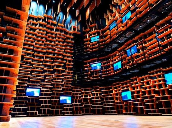 「本棚劇場」の巨大本棚空間 (c)角川武蔵野ミュージアム
