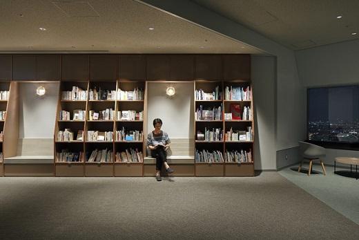 横浜・空の図書室(夜)※撮影:Takuya Furusue