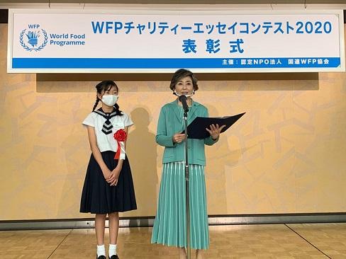 朗読する竹下さんとWFP賞受賞者の相蘇 仁那さん (c)JAWFP