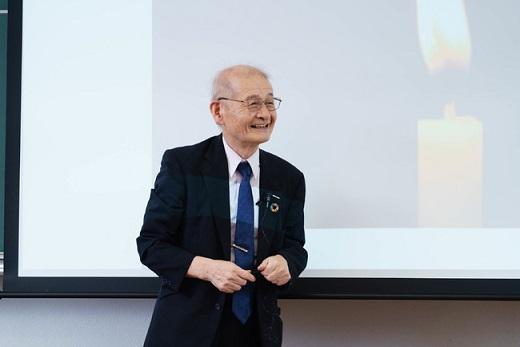 生徒の質問に耳を傾ける吉野彰さん