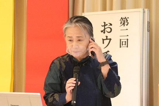 リモート参加者と電話で会話する夏井いつきさん