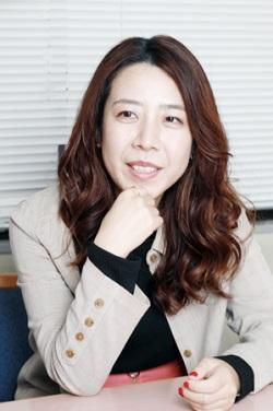 インタビューを受ける山田佳奈さん