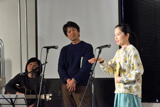 芝居仲間と共にステージに立つ石田香織さん