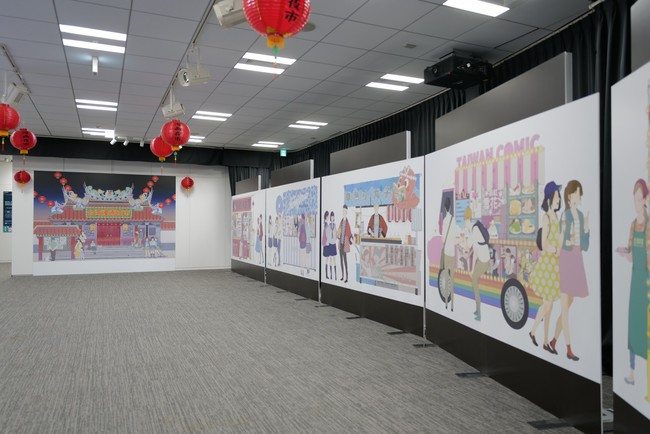 台灣漫画家左萱さんが今回の展示のためにオリジナル描き下ろした自撮りパネル