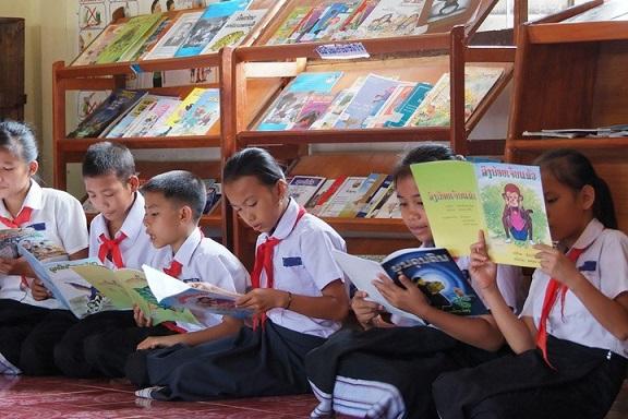 図書室で本に出会った子どもたち