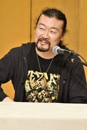 第34回山本周五郎賞を受賞し、記者会見で喜びを語る佐藤究さん