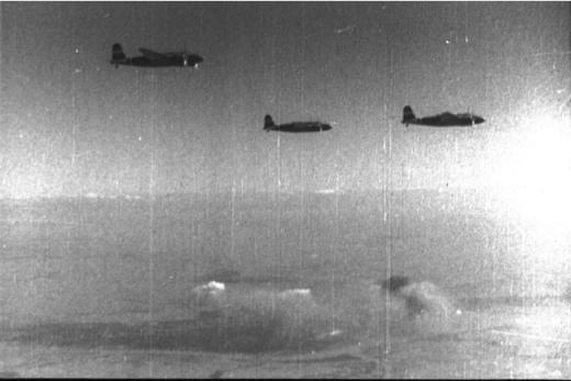 ラングーン上空で編隊を組む日本軍の九七式重爆撃機