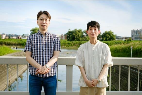 矢部太郎さん(右)と、つげ正助さん。調布市の多摩川にて。撮影:筒口直弘(芸術新潮)