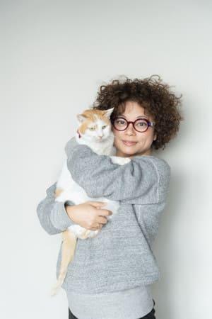 イオを抱っこする猫沢エミさん